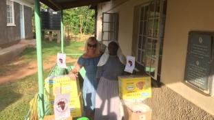 Pelenka, rizs és nyalóka – újabb magyar adományt kapott egy afrikai árvaház