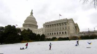 Szánkópálya a Capitolium oldalában – rendkívüli állapot az USA több államában