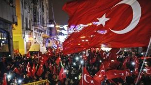 Rendőrök vitték a határra a török miniszterasszonyt, aki illegálisan akart kampányolni Hollandiában