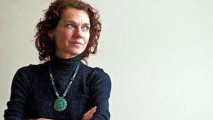 Nem hagyhatja el Törökországot a betegeskedő írónő
