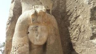 Tutanhamon nagymamájának alabástrom szobrára bukkantak Luxorban