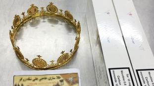 A csempészcigi mellett 18 karátos aranykoronát is rejtett egy csomag a düsseldorfi reptéren