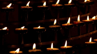 Éjszakai szolgálattal várják a dániai templomok az üdvözülni vágyókat