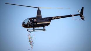 45.000 húsvéti tojást dobtak le egy helikopterről Kanadában a gyerekeknek