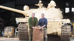 Ki tankot vesz, aranyat lel: 2 millió fontnyi aranyat rejtett a harckocsi üzemanyagtartálya