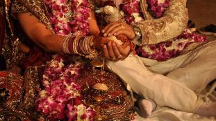 Megkínoztak és meztelenül kergettek végig az utcán egy fiatal házaspárt