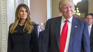Diszkréten a férje segítségére sietett Melania Trump – videó