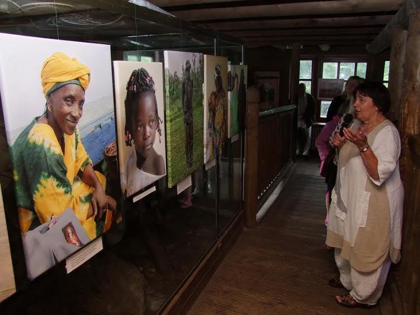 A doktornő fotózik is, gyakran szerveznek tálatokat afrikai képeiből.