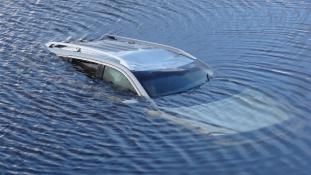 Csak a 8 éves kislány jutott ki élve a folyóba esett autóból