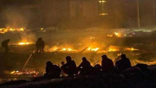 Tűzvész a migránsok táborában – 1500 embert kellett kitelepíteni (videó)