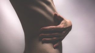 Vége a kóros soványságnak: Franciaország kitiltja a kifutókról az anorexiás modelleket