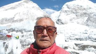 Rekordot akart dönteni: 85 éves hegymászó halt meg a Mount Everesten