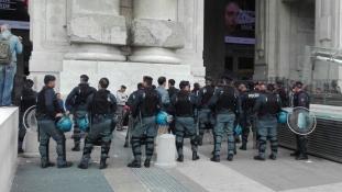 Menniük kellett a menekülteknek és a migránsoknak Milánó központi pályaudvaráról