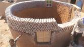 A Szaharában műanyag palackokból építenek házakat a menekültek