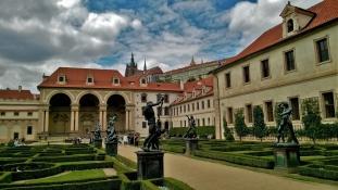 Politikai kabaré Prágában: egymást fúrja az államfő, a kormányfő és a pénzügyminiszter a választás előtt