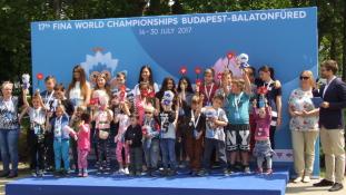 Gyerekek is segítettek – virágokból formálják meg a 17. FINA Világbajnokság logóját a Margit-szigeten