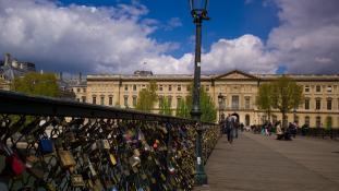 Elárverezik a párizsi szerelemlakatokat