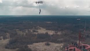 A világ első ejtőernyős ugrása drónról – videó