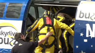 Világcsúcs : ejtőernyős tandemugrás 101 évesen – videó