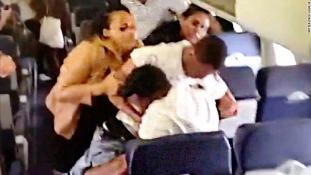 Ökölpárbaj a repülőgépen – videó