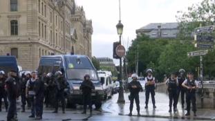 Kalapáccsal támadt a rendőrökre egy férfi a Notre Dame-nál