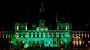 Zöld fénnyel tiltakoznak Trump klímadöntése ellen Párizstól Washingtonig