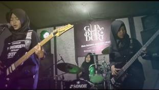 Hidzsábban játszanak metált egy indonéz lánybanda tagjai