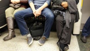 Nincs több terpeszkedés a madridi metrókon és buszokon