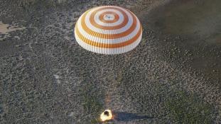 Földet ért a két űrhajós, akik fél évet töltöttek a Nemzetközi Űrállomáson