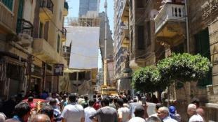 Belehajolt a szomszéd házba az egyiptomi ferde torony