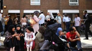 Hősként ünneplik Londonban a muzulmánokat, akik riasztották a pokoli torony lakóit a tűzvész idején
