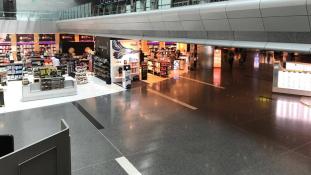 Alig néhány nap alatt kísértetjárta hely lett Katar repülőteréből