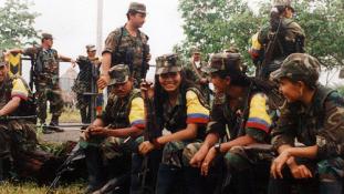 Búcsú a fegyverektől Kolumbiában – videó