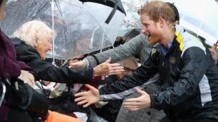 Elolvadt a világ attól, amit Harry herceg a 97 éves özveggyel tett