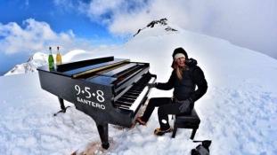 Zongorakoncert 4460 méteren – új rekordot állított fel egy olasz zongorista