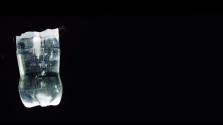 Fehérítős vízzel töltött műanyag palackok világítanak a szegénynegyedek házaiban