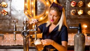 Prágában megnyitott a bár, ahol csak szőkék dolgozhatnak
