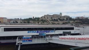 Ma kezdődnek az úszóversenyek – így juthat ki könnyen az Arénába