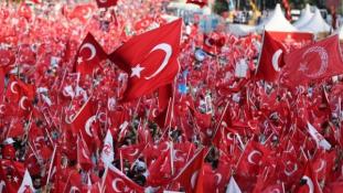 Erdogan a puccskísérlet évfordulóján: levágjuk az árulók fejét! (videó)
