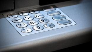 Bennragadt az ATM-ben – a rendőrök szabadították ki (videó)