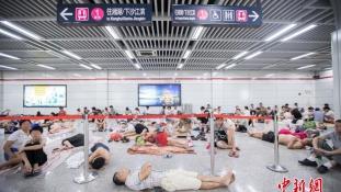Hőhullám Kínában – a metróban alszanak az emberek Hangcsouban