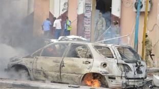 Mészárlás után robbantásos merénylet Szomáliában