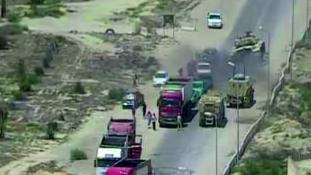 Áthajtott az egyiptomi tank az öngyilkos merénylőkön – videó