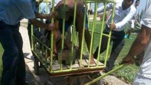 Poggyászkocsiba gyömöszölték az egyiptomi késes támadót
