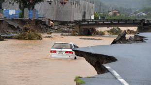 Felhőszakadások után hatalmas árvíz Japánban – videó