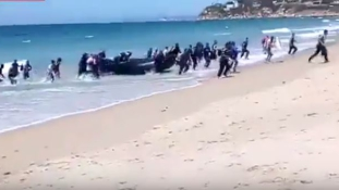 Ilyen, amikor egy csónaknyi migráns megérkezik egy spanyol strandra – videó