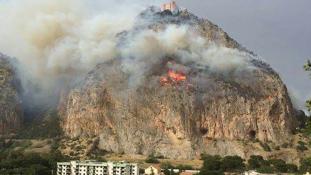 Tíz eurós órabérért oltották el a tüzet, amit maguk gyújtottak