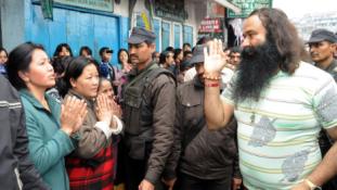 Lázonganak a nemi erőszakért elítélt guru hívei – 36 halott
