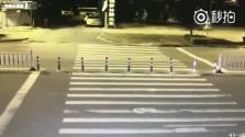 Beomlott előtte az út – élve megúszta (videó)