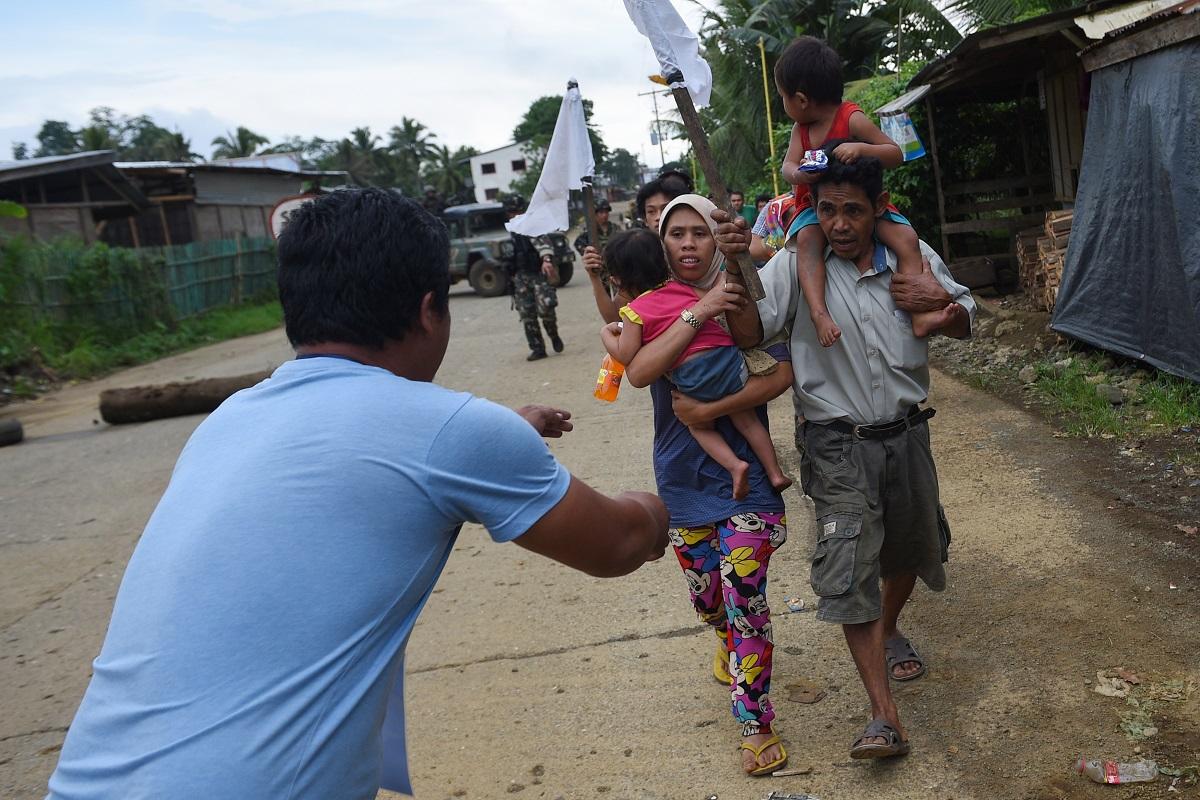 A harcok elől menekülnek az emberek Mindanao szigetén / AFP
